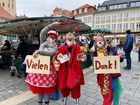 Die drei Clowninnen Mathilda, Paula und Frau Sonderba von der Organisation nase.weise hatten viel Spaß auf dem Paderborner Wochenmarkt.Foto:© Stadt Paderborn