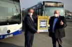 Daumen hoch für eine noch sichere Busfahrt: v. l. Michael Dreier, Bürgermeister der Stadt Paderborn und Peter Bronnenberg, Geschäftsführer PaderSprinter präsentieren eines der individuellen QR-Code-Plakate.Foto:© Stadt Paderborn