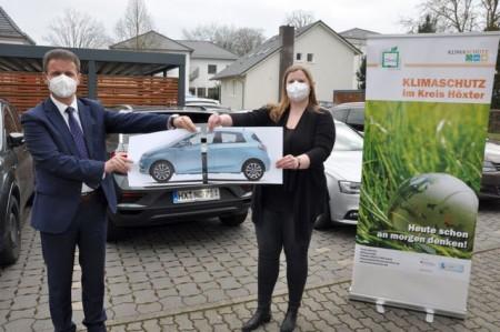 Sichon ein Auto zu teilen hilft dabei, das Mobilitätsverhalten zu verändern. Landrat Michael Stickeln und Klimaschutzmanagerin Carolin Röttger wollen gemeinsam mit den zehn Städten zeigen, dass Car-Sharing auch im ländlichen Raum funktionieren kann. Foto: Kreis Höxter
