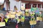 """Die Kinder aus dem Bewegungskindergarten """"Kinderlobby"""" in Warburg-Menne zeigen stolz ihre Kindermeilen-Stundenpläne. Vorne links Elisabeth Wilmes, die Leiterin des Kindergartens, hinten rechts Erzieherin Sabine Peine. Foto: Kinderlobby Menne"""