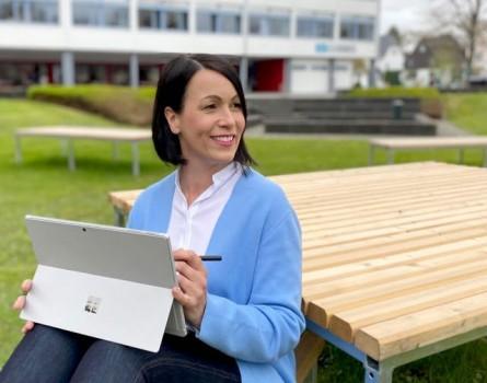 Kerstin Eller hat als Bildungscoach für Digitalisierung am Berufskolleg Kreis Höxter fest im Blick, wie die modernen Medien im Unterricht sinnvoll eingesetzt werden können. Foto: Kerstin Seibert