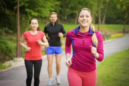Die Experten der AOK NORDWEST empfehlen für ein gesundes Lauferlebnis eine vernünftige Vorbereitung. Mit dem richtigen Schuhwerk, ausreichender Flüssigkeitszufuhr und Funktionskleidung kann der Laufspaß beginnen. Foto: AOK/hfr.