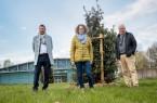 Auf dem Foto zu sehen sind Frank Hilker (Bürgermeister der Stadt Detmold), Inga Müller (Freiraumplanung und Klimaschutz der Stadt Detmold ) und Erhard Friesenhan  (rechts, Ortsbürgermeister Detmold-Nord).