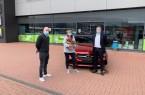 EDEKA - Kundin Iris Greve darf sich nun über ein hyazinthrotes Mercedes Benz C - Cabriolet freuen.