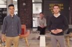 Amir Giebel, Andreas Fischer und Jona Vogel (v. l.) in der Arena der garage33, dem Gründungszentrum der Universität Paderborn. Das Team von ENERVATE entwickelt ein zukunftsweisendes Konzept für die schnelle und nachhaltige Modernisierung des Altbaubestandes.