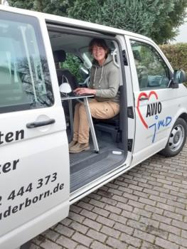 AWO-Mitarbeiterin Claudia Horster ist mit dem AWO-Infomobil für junge Geflüchtet im ganzen Kreis Höxter unterwegs. (Foto: AWO / Sabrina Langlitz)