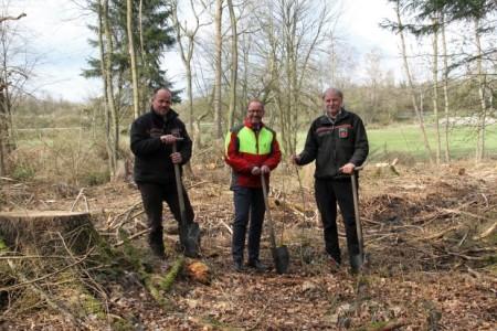 Glücklich nach getaner Arbeit: Verbandsvorsteher Jörg Düning-Gast (M.), Hans-Ulrich Braun (Leiter der Forstabteilung, r.) und Jens Tegtmeier (Leiter des Forstreviers Nassesand) haben drei Stieleichen in der Nähe der Externsteine gepflanzt.