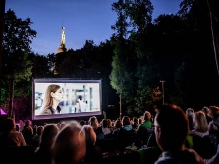 Die Denkmal-Stiftung hat auch dieses Jahr wieder ein attraktives Programm auf der Waldbühne am Hermannsdenkmal organisiert, wie z.B. das beliebte Mondscheinkino (Foto: Landesverband Lippe)