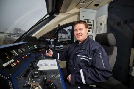 Vom Cockpit in den Führerstand: Manuel Finger ist Quereinsteiger bei der NordWestBahn. Fotos: (Cockpit) privat; (Führerstand): NordWestBahn/Detlef Heese