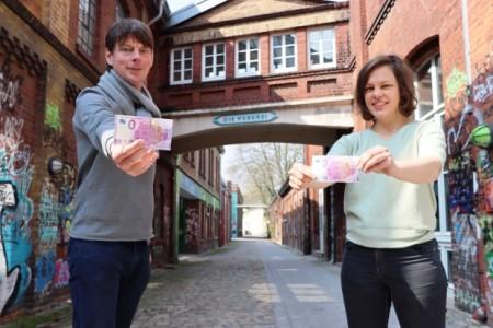 Halten die ersten beiden Exemplare des begehrten 0-Euro-Weberei-Scheins in den Händen: Steffen Böning und Jana Felmet von der Weberei