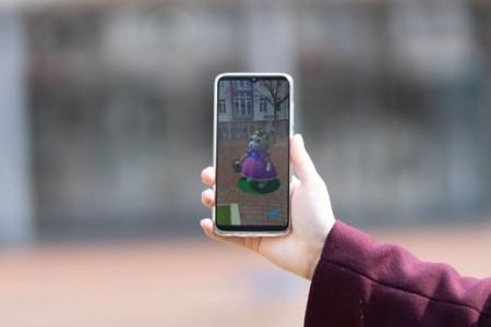 Das Smartphone macht es möglich: Die Osterhasensuche per App. Foto: Lena Desche.Foto:Stadt Gütersloh