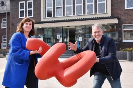 Yvonne Klasen, verantwortlich für Kunst im Öffentlichen Raum bei der Stadt Monheim, mit Künstler Manfred Webel vor dem Rathaus Monheim. Foto: Thomas Spekowius.