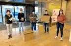 Andrea Körber und Team: Ausgabe an die Kindertageseinrichtungen im Foyer des Rathauses. Foto:Stadt Gütersloh