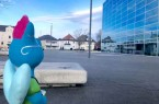 """Fabelwesen """"Kulturi"""" hat jetzt auch vor den Kulturräumen Platz genommen.Foto:Stadt Gütersloh"""