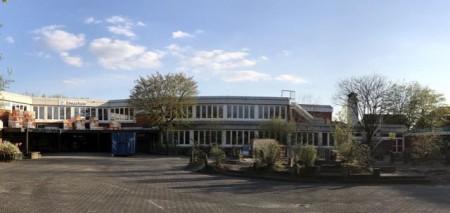 Derzeit wird an der Emsschule das Dach saniert. Weitere, umfangreichere Maßnahmen folgen. Foto: Stadt Rietberg