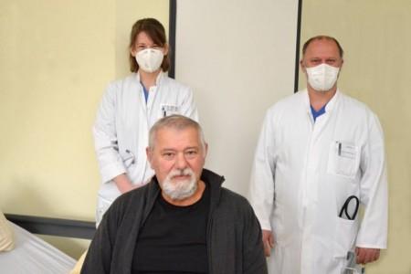 Die Kraft kommt zurück: Arkadij Bilal (vorne) ist froh, dass Privatdozent Dr. Carsten Israel und Assistenzärztin Anika Oberdorf sein Herz wieder in den Takt gebracht haben.