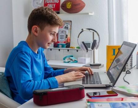 Kostenlose Online-Crashkurse helfen Schülerinnen und Schülern versäumten Stoff aus der Homeschooling-Zeit aufzuholen.Foto: Michael Printz / PHOTOZEPPELIN.COM für Studienkreis GmbH