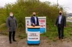 Die symbolische Inbetriebnahme nach Breitbandbau im Bereich Barntrup durch (v.l.) Landrat Dr. Axel Lehmann, Borris Ortmeier (Bürgermeister Stadt Barntrup) und Kai-Timo Wilke (Geschäftsführer sewikom).