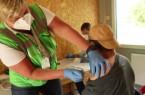 Nachdem Dr. Thomas Titgemeyer alle Fragen beantwortet hat, gibt Alexandra Steinborn (KVWL) Werner Stoll seine Coronaschutzimpfung. Foto: Kreis Gütersloh