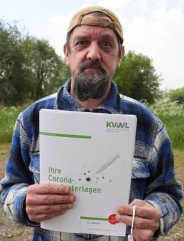 Werner Stoll präsentiert seine Impfmappe. Foto: Kreis Gütersloh