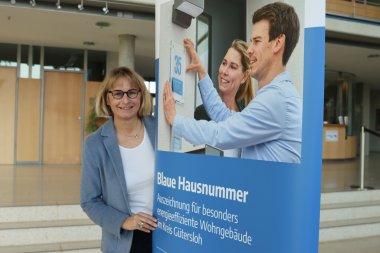 Wettbewerb Blaue Hausnummer 2021 in sieben Kommunen gestartet: Ursula Thering vom Kreis Gütersloh wirbt fürs Mitmachen.