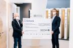 Michael Sindram, CEO der Westag & Getalit AG überreicht Herrn Bernd Jostkleigrewe die Spendensumme in Höhe von 7.500,00 € von der Westag.Foto:Westag & Getalit AG