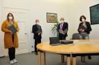 Schulleiterin Gaby Quest (rechts) und Konrektorin Caroline Ronsiek freuten sich über die weiteren iPads, die ihnen Bürgermeister Siegfried Lux und Geschäftsbereichsleiter Daniel Müller übergaben.Foto: Gemeinde Rödinghausen