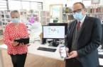 Bürgermeister Siegfried Lux und Andrea Mewitz, Leiterin der Rödinghauser Biblio- und Mediathek, freuen sich auf den Start der »Onleihe«.Foto: Gemeinde Rödinghausen