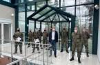 von rechts (vorne): Fregattenkapitän Willi Morschhäuser und Kreisdezernent Norbert Burmann verabschieden im Impfzentrum Kreis Herford 4 Soldaten und dankten für ihren Einsatz