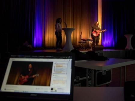 """Beim """"Freitag 18""""-Streaming-Konzert konnten die Zuschauer Nils Rabentes jazzigen Klängen am Klavier und anschließend den einfühlsamen Songs von Björn Gaus lauschen. Foto: Holger Rinne"""