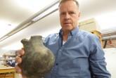 Frisch in Bielefeld eingetroffen: LWL-Mitarbeiter Andreas Wibbe begutachtet einen Kugeltopf aus dem 13. Jahrhundert. Foto: LWL-Archäologie/S. Spiong