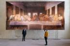 Kunstwerk mit Tiefenwirkung: Museumsdirektor Dr. Ingo Grabowsky und die wissenschaftliche Referentin Dr. Helga Fabritius zeigen sich beeindruckt von der monumentalen Reproduktion des letzten Abendmahls im 1:1-Maßstab. Foto: LWL/Katharina Kruck