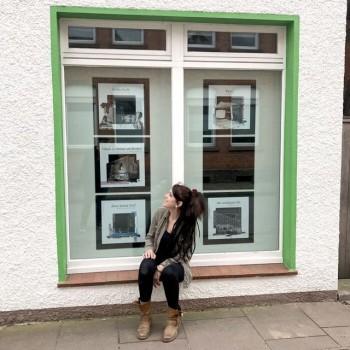 Unter dem Pseudonym Greta Flaschenpost verwandelt die Künstlerin dieses Schaufenster in der Grubestraße in Höxter in eine Kunst-Galerie auf Zeit. Foto: privat