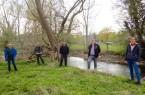 Informationesaustaus bei der Ortsbegehung an einer geplanten Hochwasserschutz- und Renaturierungsmaßnahmen an der Alme bei Brenken © Wasserverband Obere Lippe