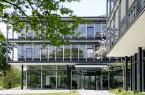 Der Eingang und die Zufahrt der Bertelsmann Stiftung aus verschiedenen Blickwinkeln mit verschiedenen Personen.
