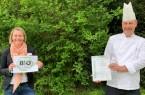 Stephanie Witzke, Verwaltungsdirektorin der Dr. Becker Brunnen-Klinik, und Küchenleitung Stephan Blome freuen sich über die Bio-Zertifizierung der Klinikküche. Foto: Dr. Becker Klinikgruppe