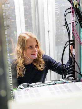 : Miriam Bähner studiert seit 2019 praxisintegriert Wirtschaftsingenieurwesen am Campus Minden. (Foto: Felix Hüffelmann/FH Bielefeld)