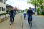Timon, Karin und Stefan (v.l.) auf der Gehlenbecker Straße Richtung Innenstadt. Alle drei fahren korrekt, da man sowohl auf dem rot markierten Radstreifen auf dem Gehweg fahren darf, als auch auf der Fahrbahn. Foto: Petra Spona/IpF
