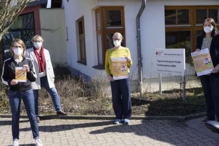 Freuen sich auf die Zusammenarbeit (v.links nach rechts): Doris Hampel (Projektkoordinatorin), Ute Küstermann (Teamleitung Familienfreundlicher Kreis Lippe), Juliane Rhein (Einrichtungsleitung DRK-Familienzentrum Barntrup) und Familienbegleiterin Gabriele Vennenkötter.