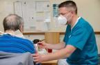 Eine Schicht als Pfleger erleben: Marko Schwartz, Geschäftsführer der Gräflichen Kliniken Bad Driburg, arbeitete in der Frühschicht der Marcus Klinik mit.