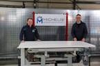 v.l.: Jens Michelis und Bürgermeister Theo Mettenborg testen die neue Halte- und Positioniervorrichtung.