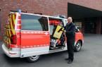 Optimierte Schnellentnahme über die seitliche Schiebetür: Andreas Pollmeier (Abteilungsleiter Rettungsdienst, Feuerwehr Gütersloh) zeigt die Entnahme der Rettungsrucksäcke mit Materialien für die Erstversorgung.