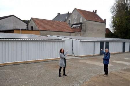 Rietbergs Klimaschutzmanagerin Svenja Schröder hat sich von Investor Dr. Reinhold Brummel die 336 Quadratmeter Dachfläche mit neuen Photovoltaikmodulen zeigen lassen. Foto: Stadt Rietberg