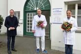v. l.: Bürgermeister Theo Mettenborg gratuliert Dr. Pascal Vogelsang zur Übernahme der Praxis von Dr. med. Martin Ghaussy, der weiterhin in der Praxis tätig sein wird.