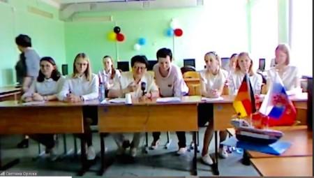 Virtuelles Treffen der Partnerstädte: (Mitte) Irina Kondratjewa und Natalja Rosinskaja (beide Ansprechpartnerinnen in Rshew) sorgten gemeinsam mit Schülerinnen und Schülern aus Rshew für ein abwechslungsreiches Programm.Foto: Quelle Stadt Gütersloh