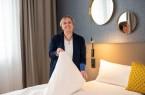 Hausdame Jana Seifert ist begeistert von der Gestaltung der künftigen Gästezimmer im Hotel zum Weinberg.