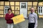 Heiner Rasche, Geschäftsführer der Bürgerstiftung Rietberg, und Mitarbeiterin Doris Vogel werben für die Ehrenamtskarte des Landes NRW. Foto: Stadt Rietberg