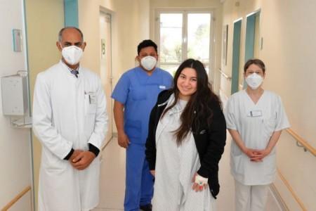C. Sönmez (Mitte) kann bereits zwei Tage nach der Operation über den Stationsflur gehen. Dr. Morris Beshay (links), ihr behandelnder Arzt Federico Gutierrez und die Pflegerische Leitung Corinna Tabbert (rechts) freuen sich über den Behandlungserfolg.