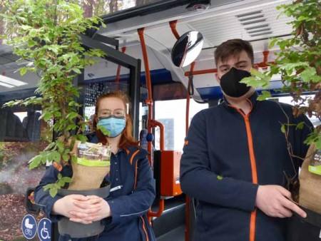 Die moBiel - Auszubildenden Emily Sharpe (links) und Lukas Morawietz verteilen an Haltestellen Pflanzen an Fahrgäste