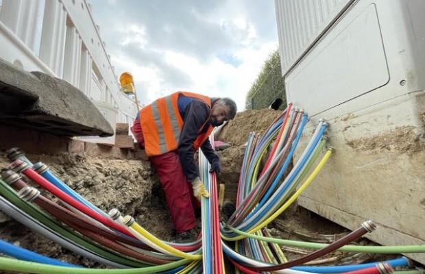 Mamo Merwan von der Baufirma RTS sorgt dafür, dass die Leerrohre, durch die später die Glasfaser gezogen wird, richtig in ein Rohr im Erdreich einlaufen. Foto: Sebastian Bauer/Stadtwerke Bielefeld